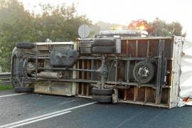 Espectacular vuelco de un camión en la carretera de Sant Josep