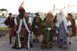 Melchor, Gaspar y Baltasar llegan de Oriente a Formentera a ritmo de batucada