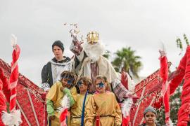 Lluvia de caramelos y regalos para los niños de Puig d'en Valls y Jesús