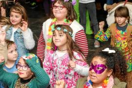 El espíritu 'Flower Power' contagia a los niños y adolescentes de Sant Antoni