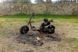Los bomberos sofocan dos fuegos que queman una moto y un contenedor en Puig d'en Valls