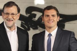 Rajoy y Rivera cenan en Moncloa junto a los equipos que negociaron el acuerdo de investidura