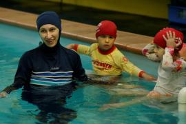 Las niñas musulmanas deberán ir a clases de natación mixtas
