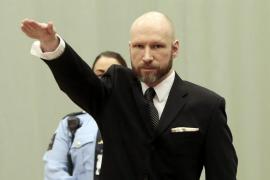 Un desafiante Breivik repite el saludo nazi ante un tribunal noruego
