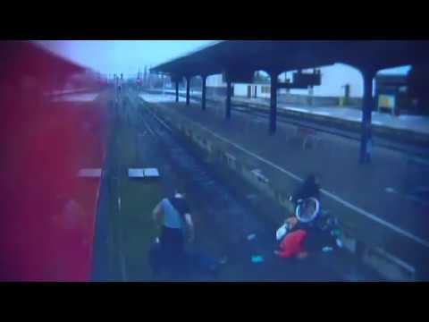 Un falso samaritano tira a las vías del tren a una mujer en silla de ruedas
