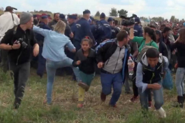 Tres años de libertad condicional a la periodista húngara que pateó a refugiados