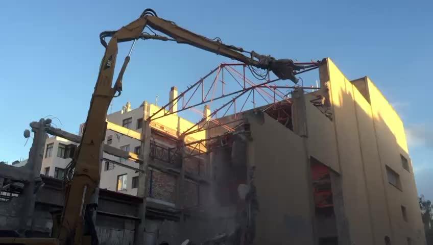 La demolición del Cine Serra avanza a buen ritmo y su fachada norte ya es historia