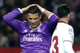 El Sevilla remonta en la recta final y anima la Liga