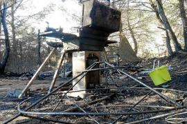 Un fuego arrasa 250 m2 de bosque y una autocaravana en Sant Ferran