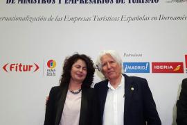 Miguel Fluxà recibe la insignia como prócer del turismo español en Iberoamérica