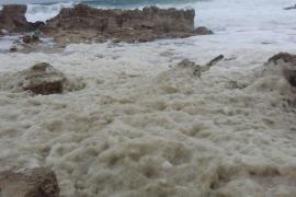 Espuma en el mar junto a Punta Prima en Formentera
