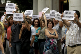 Los docentes de la pública cobrarán este mes el 37 % de la paga extra de 2012