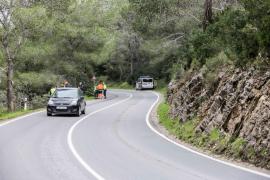 Vuelco de un camión lleno de arena en la carretera de Roca Llisa