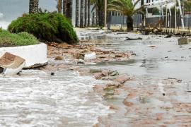 El fuerte oleaje, el viento y la lluvia causan estragos