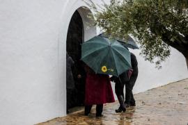 La lluvia obligó a celebrar el día grande de Santa Agnès en el interior de su iglesia