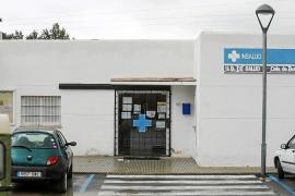 Recogida de firmas de Cala de Bou para que el consultorio tenga un médico estable