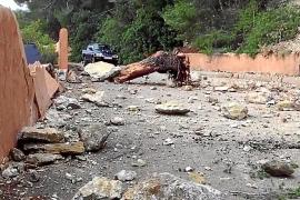 Derrumbe de rocas en una vía de es Cubells