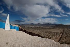 Trump firma la orden ejecutiva para comenzar la construcción del muro con México
