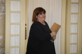Un vigilante abre la puerta a Huertas del despacho del Parlament, que estaba cerrado con llave