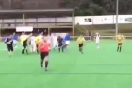 Un árbitro no pita un penalti y tiene que salir corriendo del campo