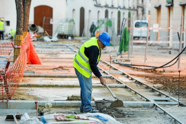 Comienzan los trabajos de pavimentación de la remodelada plaza del Parc de Vila
