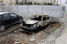 Arden dos coches abandonados en Vila y Platja d'en Bossa