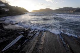 Un desprendimiento de rocas en Porroig provoca la demolición de varias casetas varadero