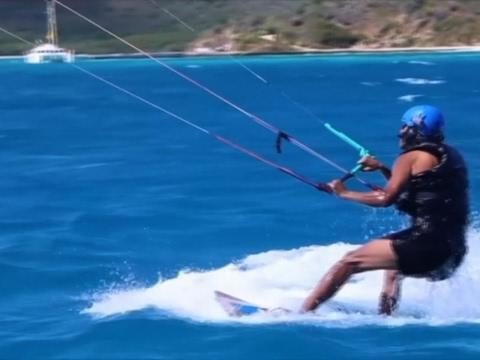 Obama se relaja practicando 'kitesurf' en las Islas Vírgenes