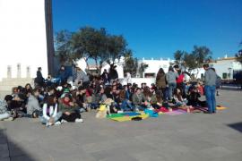 Concentración de los alumnos del IES Marc Ferrer en Sant Francesc