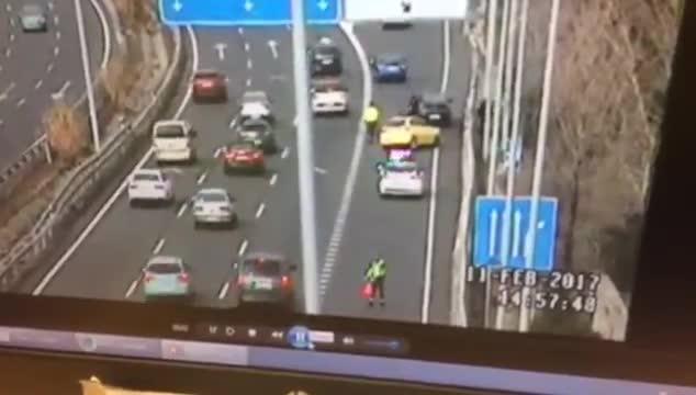 Un guardia civil salva su vida al esquivar a un coche que circulaba a gran velocidad mientras regulaba el tráfico