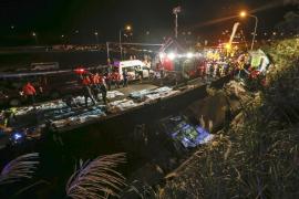 Mueren 32 personas y 13 resultan heridas al volcar un autobús turístico en Taiwán