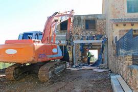 Inician la demolición de uno de los polémicos adosados de ses Olleries