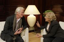 Carmena pide a Richard Gere que medie para que el Dalai Lama asista en Madrid al Foro Mundial sobre las Violencias