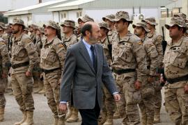 Polémica por la visita sorpresa de Rubalcaba a las tropas de Afganistán