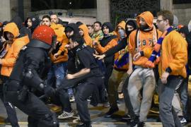 Un ertzaina herido y dos personas detenidas en los incidentes entre aficionados del APOEL y Athletic