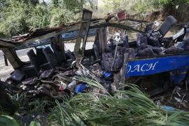Mueren 13 estudiantes y el conductor de un autobús tras colisionar con un poste eléctrico