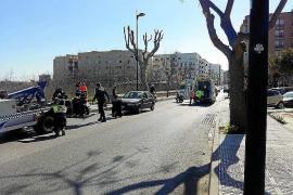 Dos motoristas heridos tras ser arrollados por un coche en la avenida Ignasi Wallis