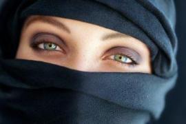 Piden 2 años y medio de prisión a dos neonazis por patear a una embarazada con 'niqab'