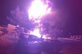 Un aparatoso incendio quema nueve coches en un taller mecánico de Ibiza