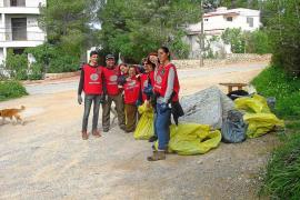 Retiran 800 kilos de basura y desmantelan un asentamiento ilegal en sa Talaia de Sant Antoni