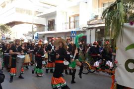 Santa Eulària celebra la rúa de Carnaval con gran afluencia de público y participantes