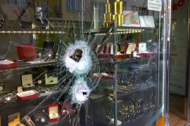 Un ladrón revienta con una maza el escaparate de una joyería de Vila a plena luz del día