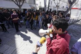 Más de 2.400 alumnos y docentes de las Pitiusas se suman a la huelga educativa
