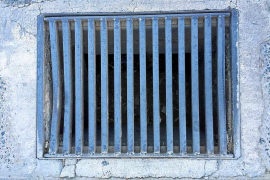 Atrapado boca abajo en una alcantarilla de Sant Antoni al intentar recuperar unas llaves