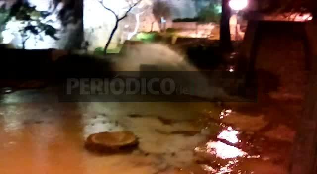 La rotura de una tubería por las obras inunda por unas horas la plaza del Parc de Vila