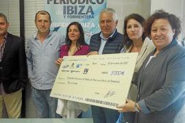 Aspanob recibe un cheque de 3.000 euros del Grupo Prensa Pitiusa