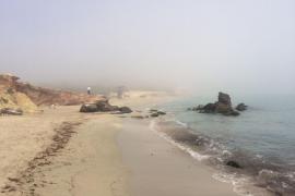 Ibiza amanece bajo un manto de densa niebla