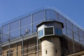 El preso de la Modelo depone su protesta tras once horas encaramado en el tejado