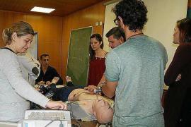 Profesionales sanitarios acuden a un curso de reanimación cardio–pulmonar