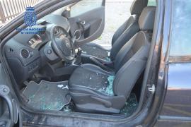 El detenido por reventar siete coches de Vila también robó con violencia un taller mecánico